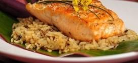 Тушеный лосось с коричневым рисом и овощами на соевом соусе