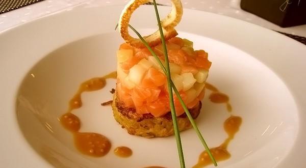 Tartar ookeani lõhest ja kurkidest serveeritud kartulipannkoogil sinepikastmega