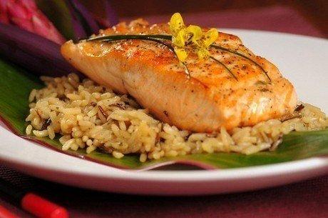 Hautatud lõhe koos pruuni riisi ja köögiviljadega